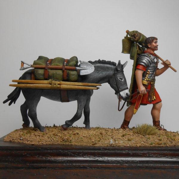 Легионер на походе с мулом