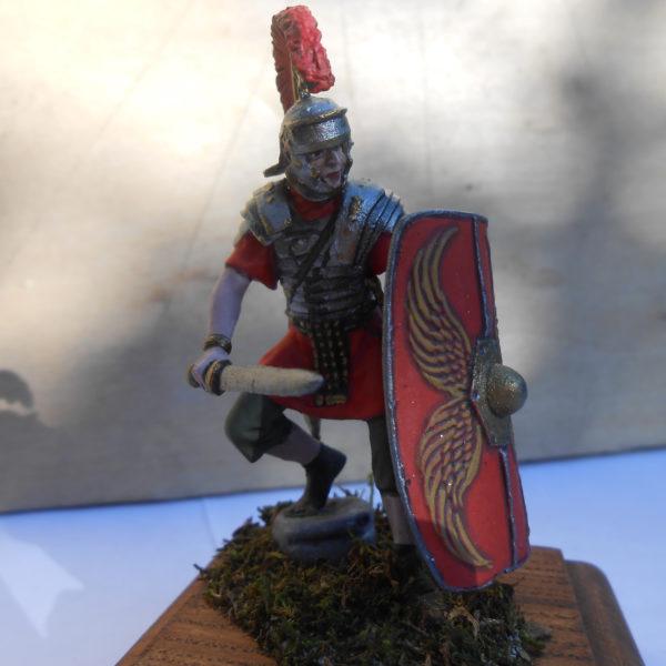 Римский легионер в обороне с гладиусом, 1-й век н.э.